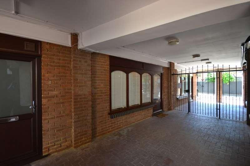 1 Bedroom Flat for sale in Castle Walk, Stansted Mountfitchet