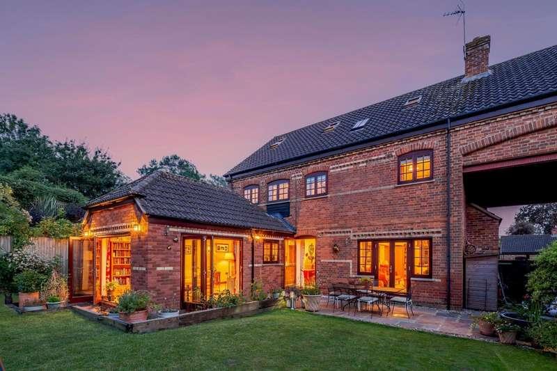 5 Bedrooms Detached House for sale in Park Farm Court, Clapham, Bedford, Bedfordshire, MK41 6EF