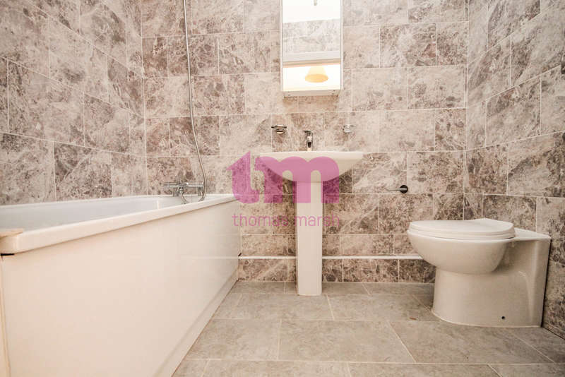 3 Bedrooms Flat for sale in Lodge Lane, North Grays