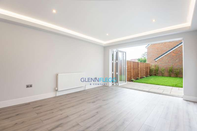 2 Bedrooms Semi Detached House for sale in Shaggy Calf Lane, Slough * 5,000 Stamp Duty Contribution From Developer *