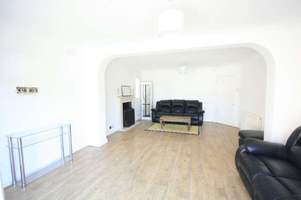 4 Bedrooms Bungalow for sale in Water Lane, Ilford, IG3
