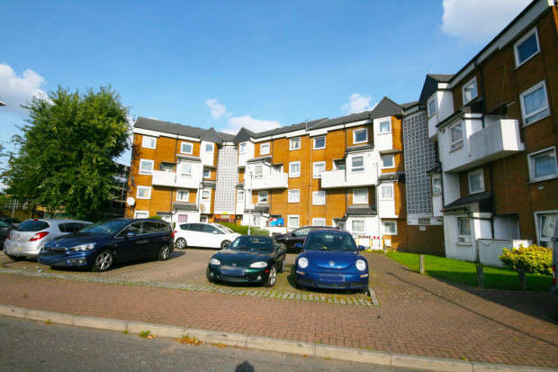 3 Bedrooms Maisonette Flat for sale in Buttsbury Road, Ilford, IG1