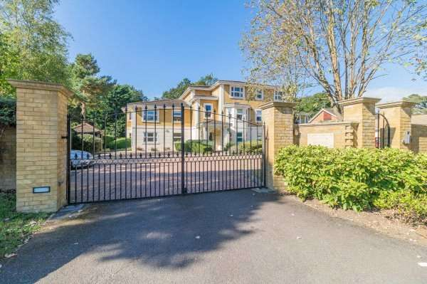 3 Bedrooms Apartment Flat for sale in Sovereign Beeches, Green Lane, Farnham Common