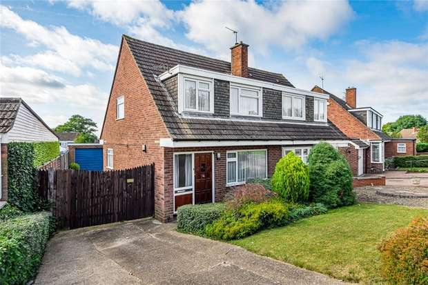 3 Bedrooms Semi Detached House for sale in Mendip Crescent, Bedford