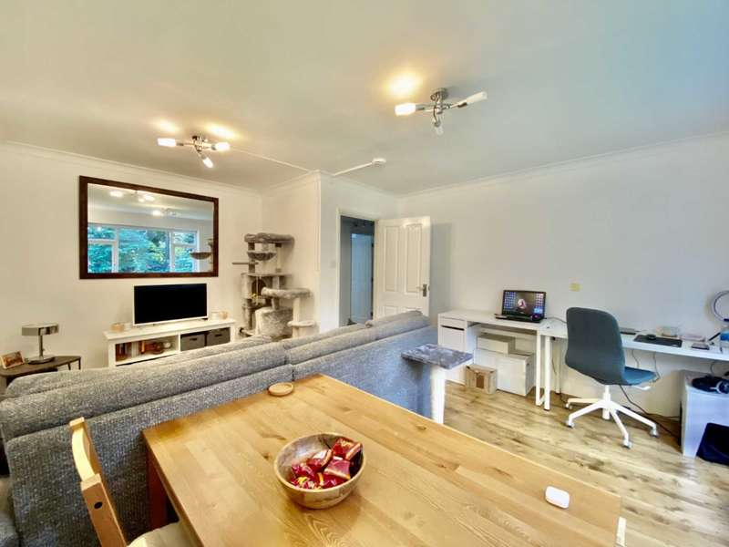 2 Bedrooms Apartment Flat for rent in Broadway Close, Woodford Green, Greater London IG8
