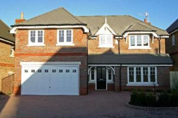 5 Bedrooms Detached House for sale in Rockingham Gate, BUSHEY