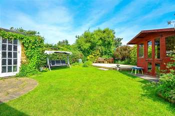 3 Bedrooms Bungalow for sale in Haslemere Gardens, Hayling Island, Hampshire