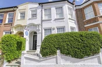2 Bedrooms Flat for sale in Knightland Road, London E5