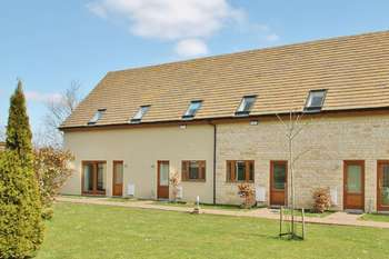 2 Bedrooms Terraced House for sale in Oaksey Park, Oaksey, Wiltshire.