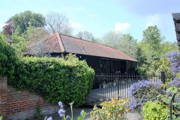 4 Bedrooms Detached House for sale in Copped Hall, Epping