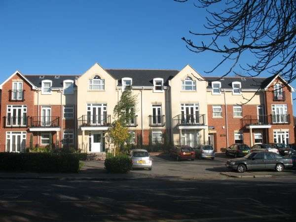 2 Bedrooms Flat for sale in Mayfair Court, Stonegrove, EDGWARE, Middlesex, HA8 7UH