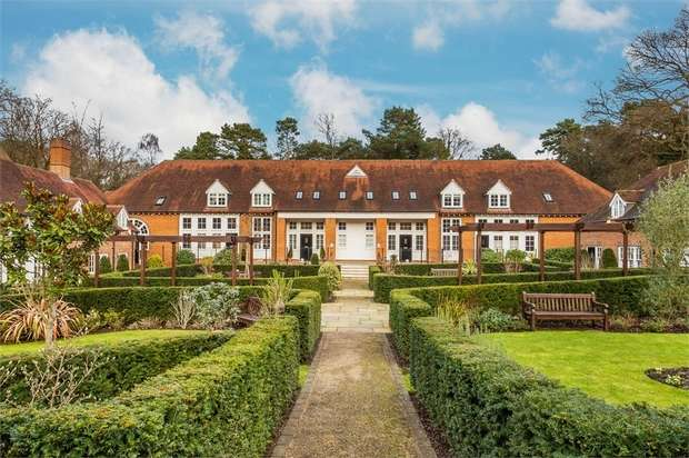 2 Bedrooms End Of Terrace House for sale in Coach House Mews, Hersham, WALTON-ON-THAMES, Surrey