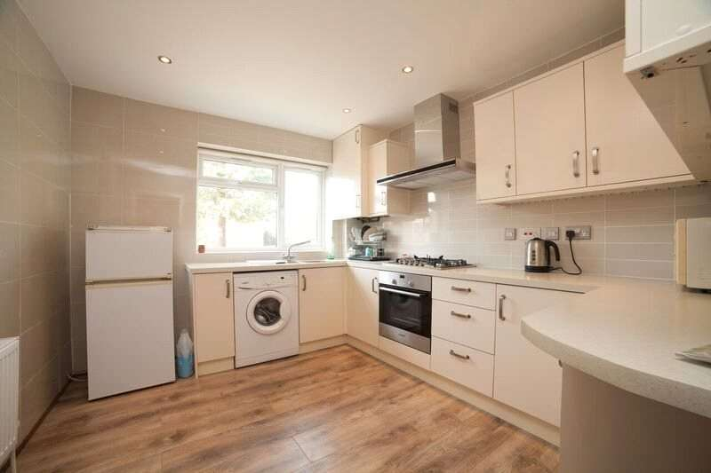 3 Bedrooms Semi Detached House for sale in Squirrels Close, Woodside Park, London, N12
