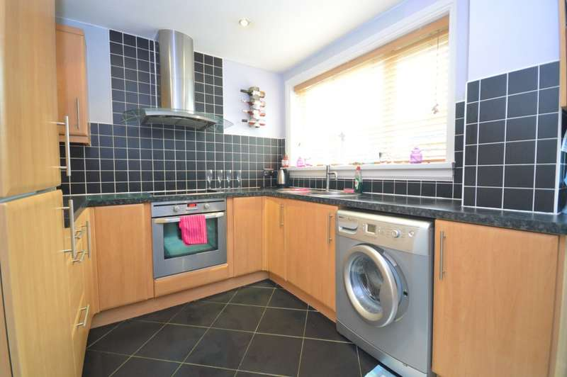 2 Bedrooms Terraced House for sale in Farndale Square, Leeds, LS14