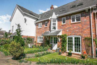 2 Bedrooms Flat for sale in Regent Park Court, Gravel Lane, Wilmslow, Cheshire