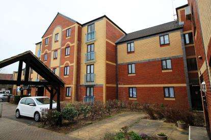2 Bedrooms Flat for sale in Crates Close, Kingswood, Bristol