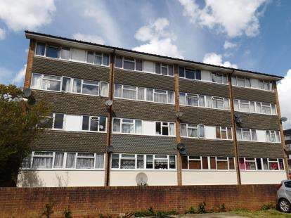 3 Bedrooms Maisonette Flat for sale in Woodland Avenue, Brentwood, Essex