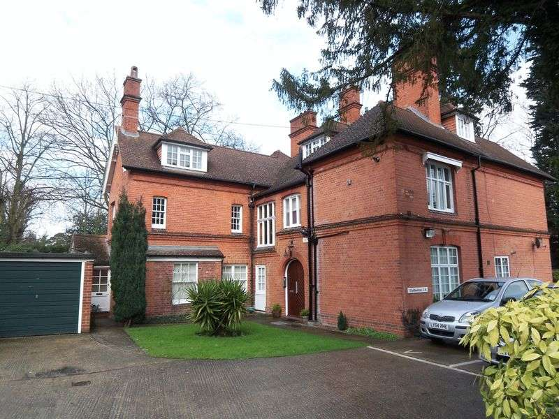 2 Bedrooms Flat for sale in Middle Hill, Close to Uni, Englefield Green