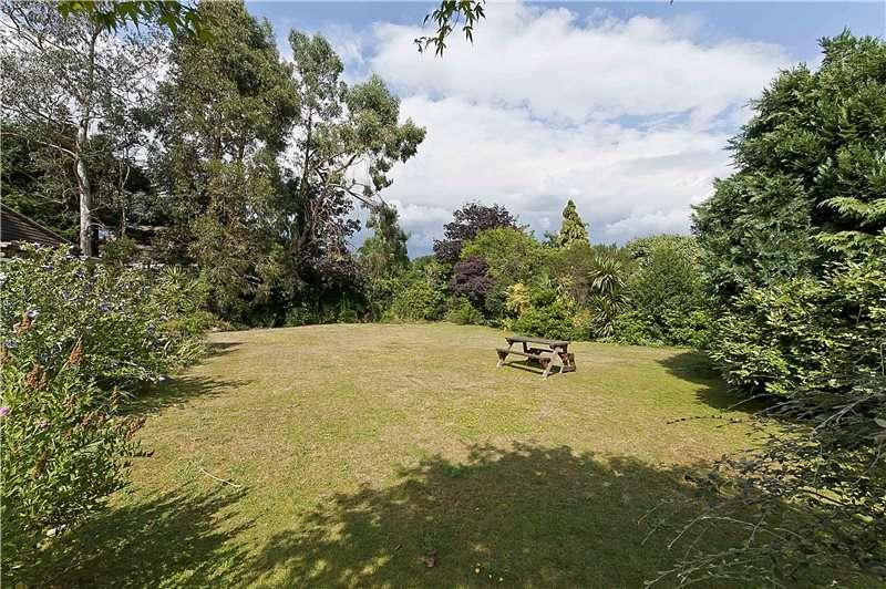 5 Bedrooms Detached House for sale in Westdene Way, Weybridge, Surrey, KT13