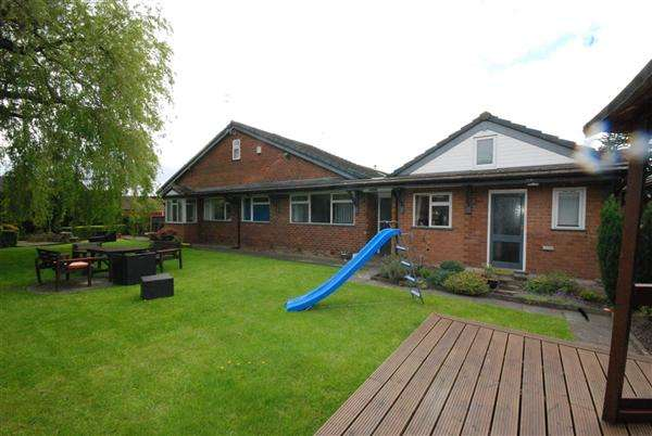 4 Bedrooms Bungalow for sale in Oakleigh Close, Hopwood, Rochdale