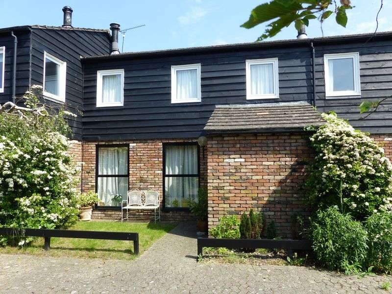 3 Bedrooms Terraced House for sale in Bisham Court, Marlow.