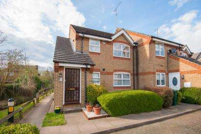1 Bedroom Maisonette Flat for sale in Salters Close, Rickmansworth, Hertfordshire