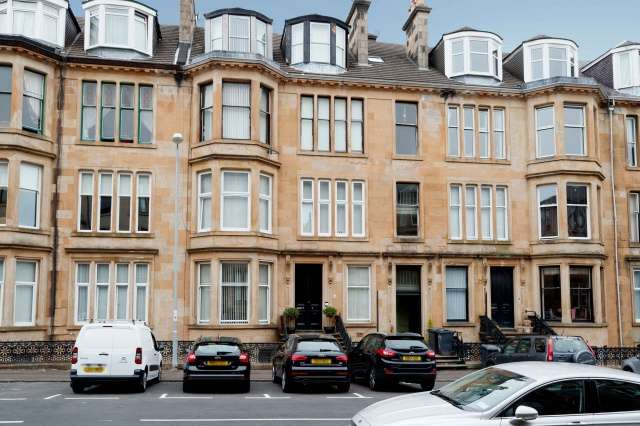 3 Bedrooms Flat for sale in Brisbane Street, Greenock, Inverclyde, PA16 8NP