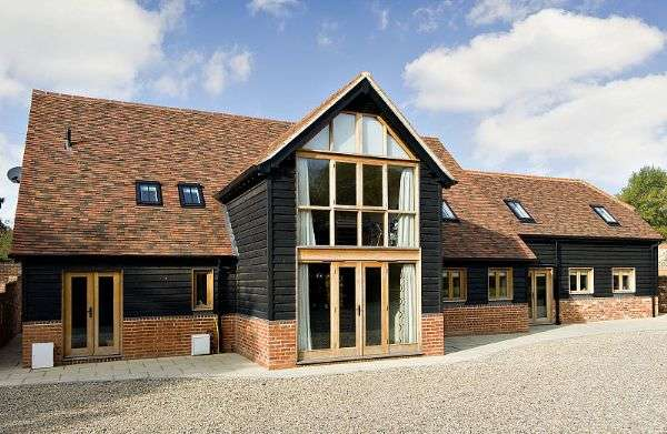 5 Bedrooms Detached House for sale in Cookham Dean. Detached barn in popular village setting.