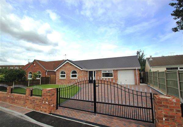 3 Bedrooms Bungalow for sale in Stonegate Lane, Ackworth