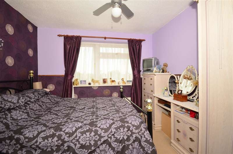 3 Bedrooms Town House for sale in Swallowfield, Willesborough, Ashford, Kent
