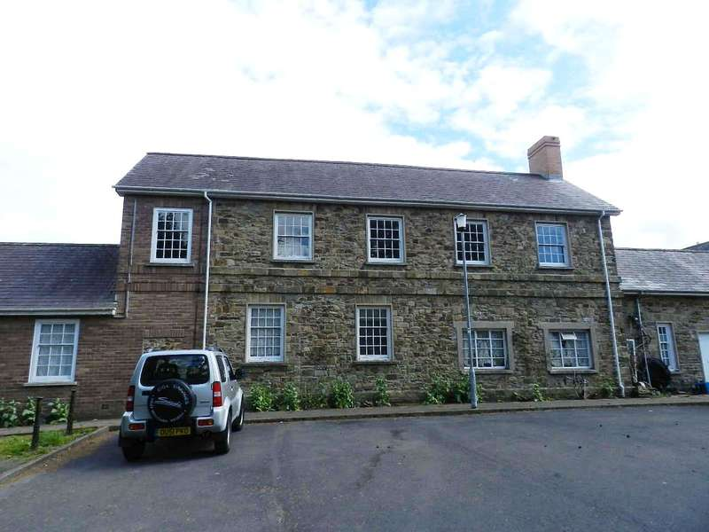 2 Bedrooms Flat for sale in Priory Court, Haverfordwest, Pembrokeshire