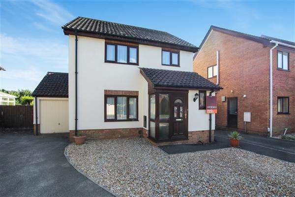 4 Bedrooms Detached House for sale in Bernards Close, Christchurch
