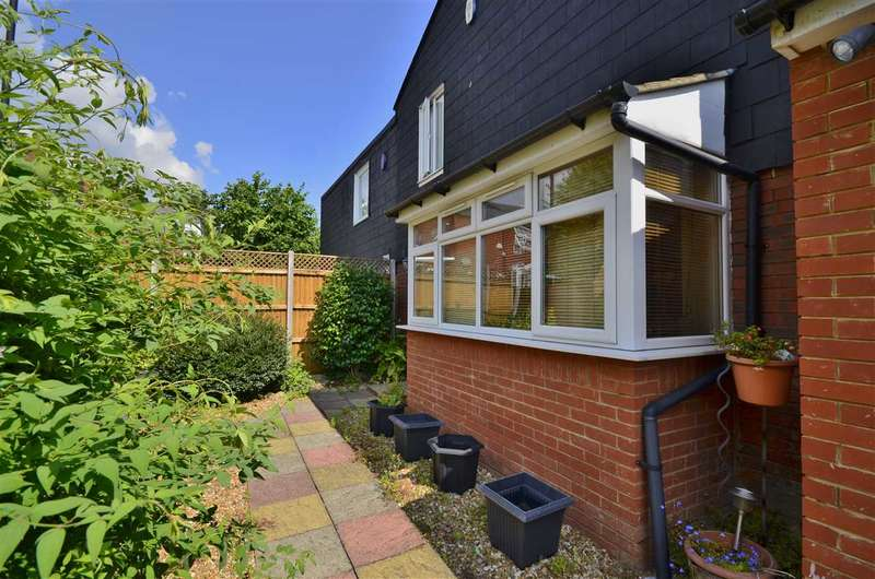 3 Bedrooms Detached House for sale in Whitmore Close, London