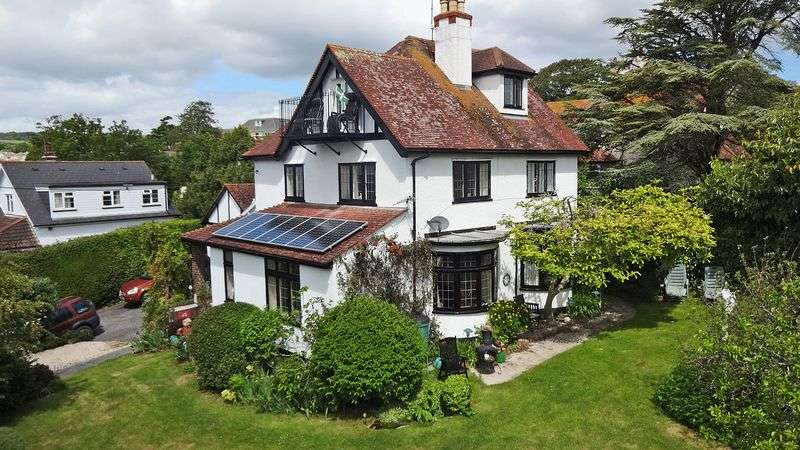 4 Bedrooms Detached House for sale in Handsome period house with fantastic kitchen/conservatory on New Road