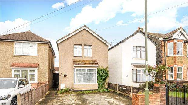 3 Bedrooms Detached House for sale in Salcombe Road, Ashford, Surrey