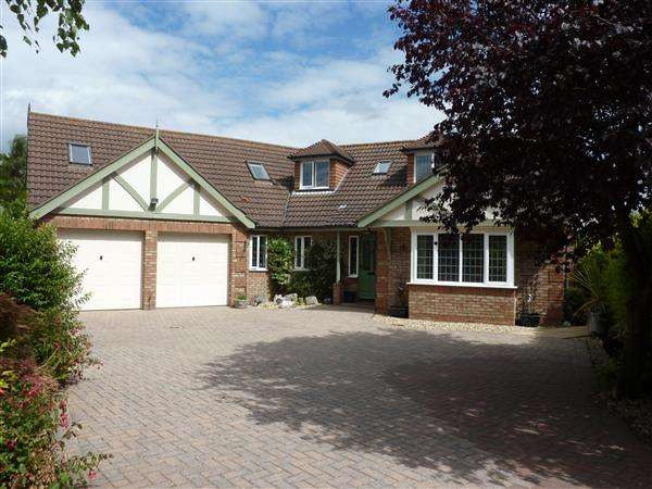 6 Bedrooms Detached House for sale in WILLOW PARK, BARNOLDBY LE BECK, GRIMSBY