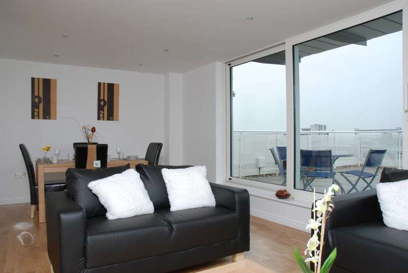 3 Bedrooms Flat for sale in The Blenheim Centre, Hounslow, TW3
