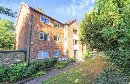 2 Bedrooms Flat for sale in Hall Place Close, St. Albans, Hertfordshire