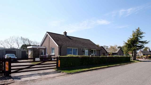 3 Bedrooms Bungalow for sale in , Eassie, Forfar, Angus, DD8 1SG