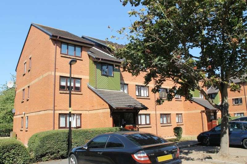 2 Bedrooms Flat for sale in Maltby Drive, Enfield