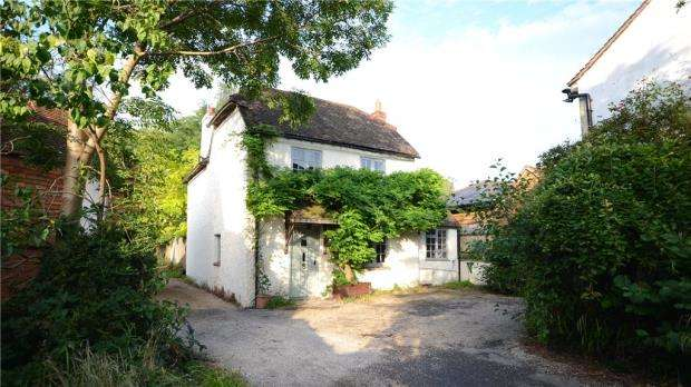 3 Bedrooms Detached House for sale in High Street, Bramley, Guildford