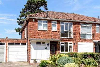 3 Bedrooms Semi Detached House for sale in Hawthorndene Road, Bromley