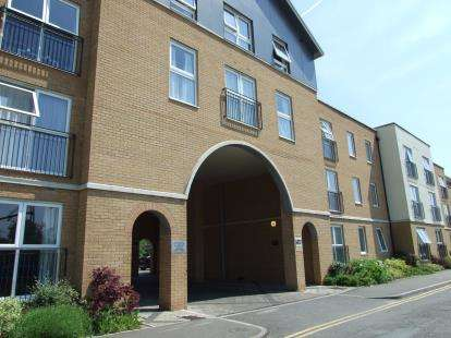 2 Bedrooms Flat for sale in 14 Kenway, Southend-On-Sea, Essex