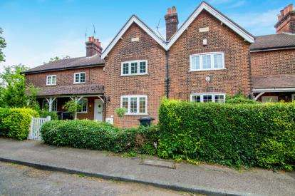 2 Bedrooms Terraced House for sale in Retreat Way, Chigwell, Essex
