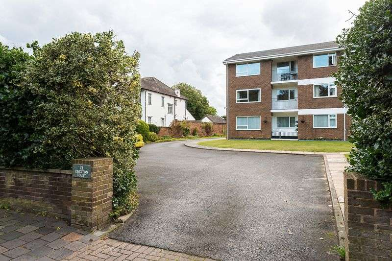 2 Bedrooms Flat for sale in Park Crescent, Southport