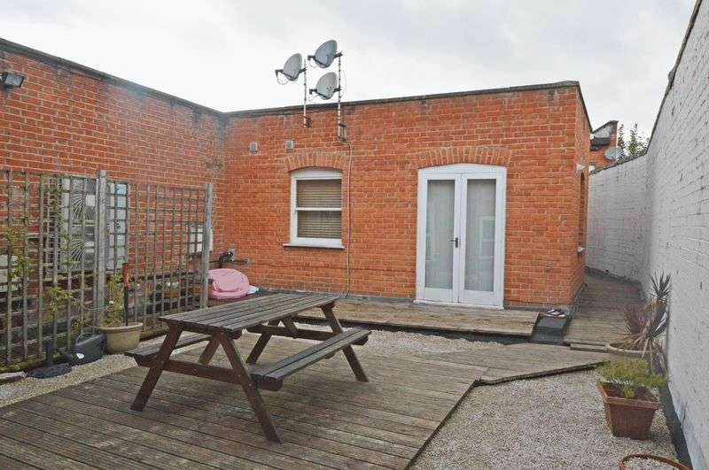 2 Bedrooms Flat for sale in Between High Street & Market Square, Alton, Hampshire