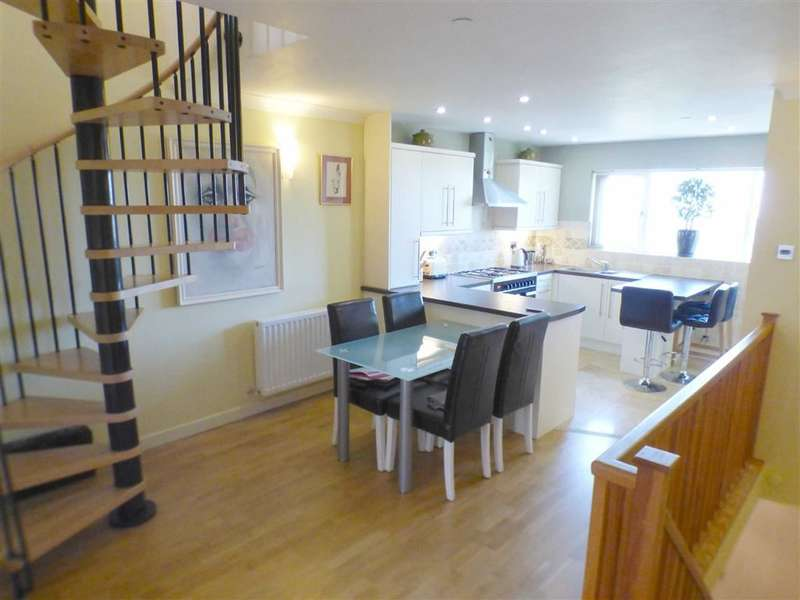 2 Bedrooms Property for sale in Huddersfield Road, Lees, Oldham