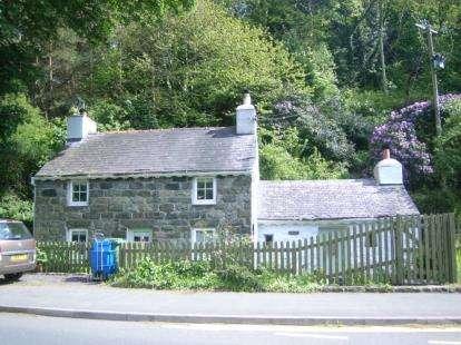 2 Bedrooms Detached House for sale in Gyrn Goch, Caernarfon, Gwynedd, LL54