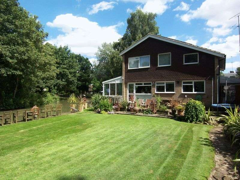 4 Bedrooms Detached House for sale in Ducketts Mead, Roydon