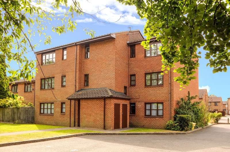 Apartment Flat for sale in Newcourt, Uxbridge, Middlesex, UB8